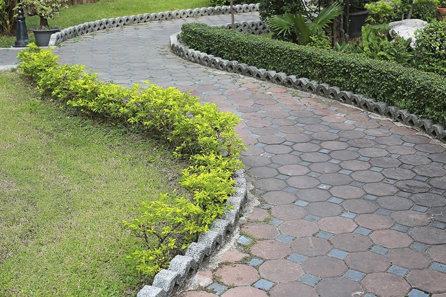 Voorbeelden bestrating kleine tuin. amazing effect van lange